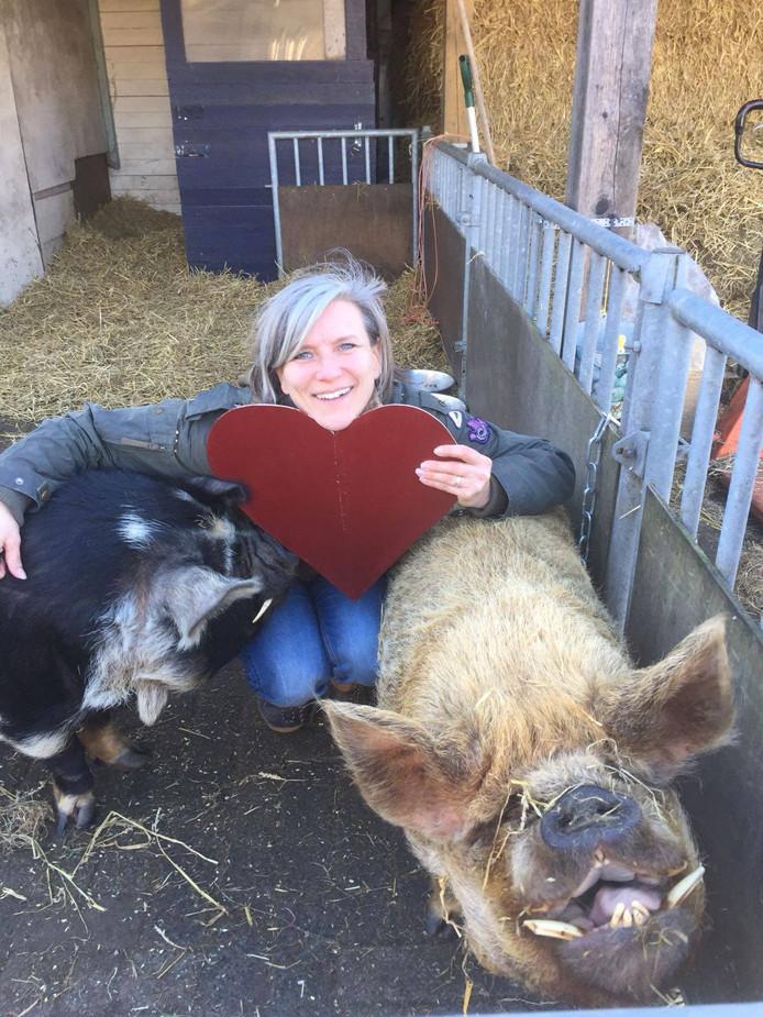 Workshopbegeleider Anne-Marie met de knuffelvarkens Ginger en Knor.