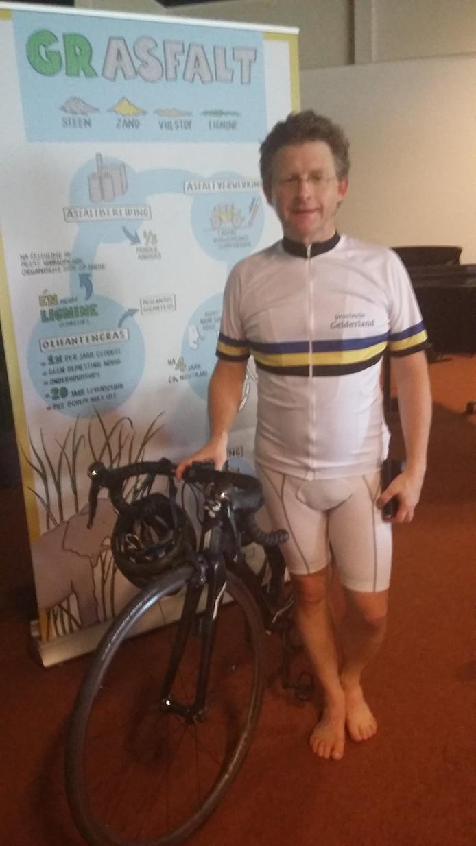 Gedeputeerde Michiel Scheffer kwam op de racefiets naar Zevenaar om het eerste Gelderse fietspad van grasfalt te openen.