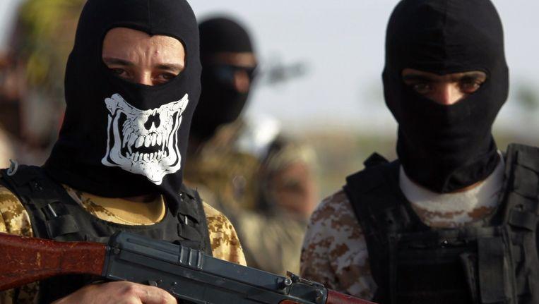 Soennitische strijders die samen met het Irakese leger tegen IS vechten bij Fallujah. Beeld afp