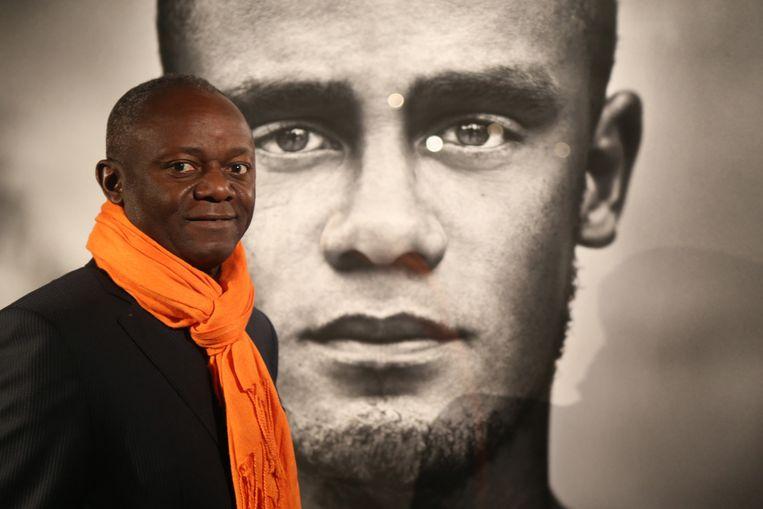 De drie Belgen zouden racistische opmerkingen gemaakt hebben over Pierre Kompany, hier te zien bij een foto van zijn zoon Vincent.
