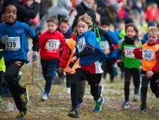 Basisschoolleerlingen negeren kou tijdens scholierencross in Apeldoorn