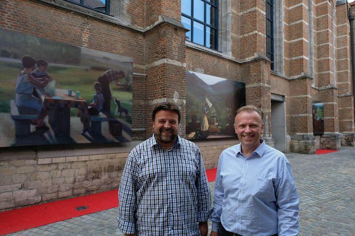 Bjorn Shiffer en Stefaan Deleus bij de anti-plas-kunstwerken.