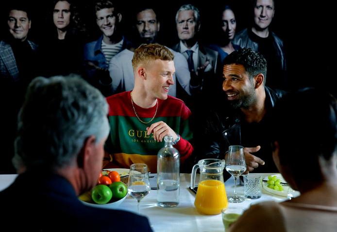 Paul Sinha (Petrus) en Edwin Jonker (Jezus) samen aan tafel tijdens een bijeenkomst voorafgaand aan The Passion.