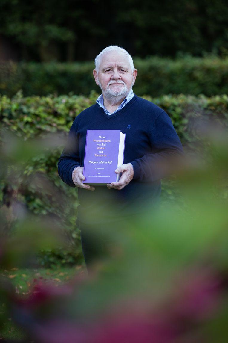 Jean Bosmans met zijn woordenboek.