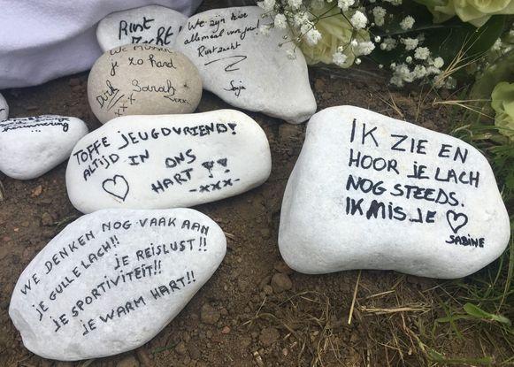 De aanwezigen legden witte keitjes bij de gedenkplaat, met mooie teksten op