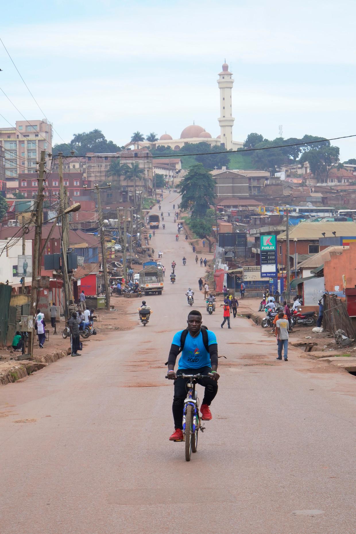 Vrijwilliger Joseph Kakande crosst door Kampala om hiv-remmers rond te brengen die gebruikers door de lockdown niet zelf kunnen komen halen.