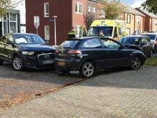 Persoon naar ziekenhuis na frontale botsing in Enschede