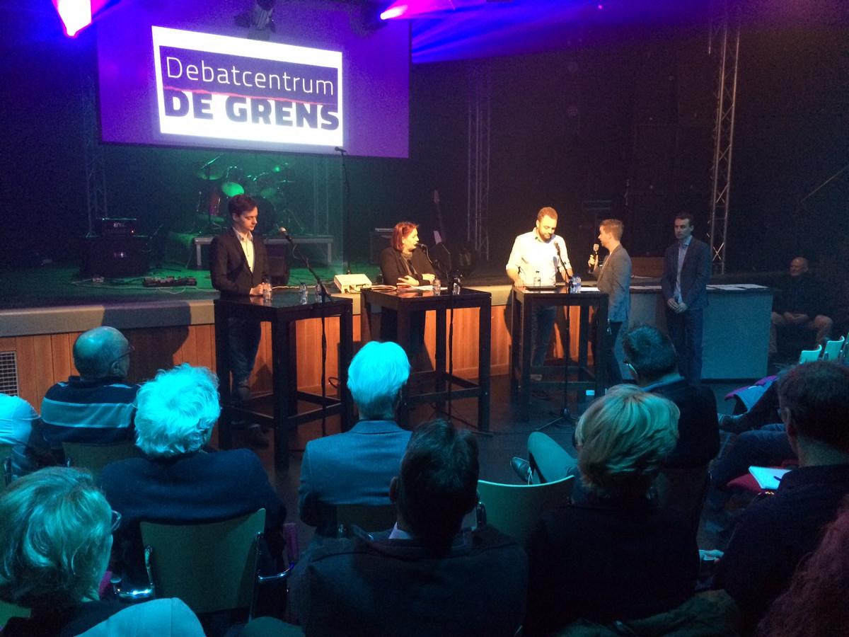 Drie politici met elkaar in debat over de fusie tussen Uden en Landerd. Vlnr Stan Willems en Marianne van Bergen uit Uden en Jeroen van den Heuvel uit Landerd. Rechts daarvan de debatleiders Kay den Teuling en Timon S,its.