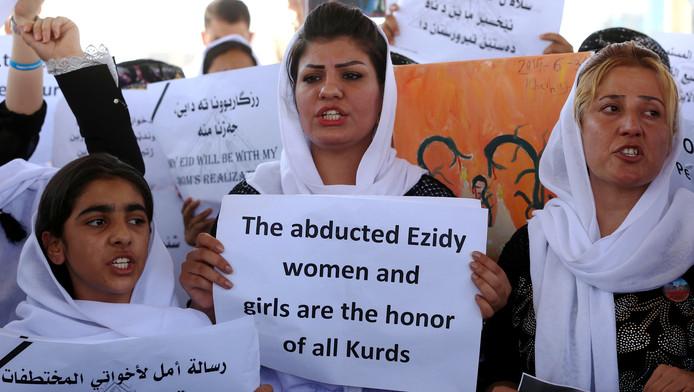 Yezidi-vrouwen eisten in augustus 2015 steun bij het kantoor van de Verenigde Naties in Erbil in Iraaks Koerdistan