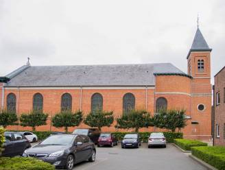 Politie kan man die op dak van kerk gekropen was tijdig redden en naar beneden halen