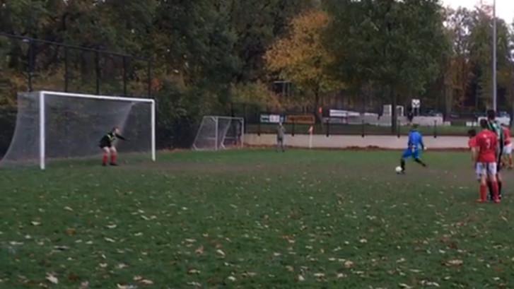 Keeper van Trekvogels mag bij 11-0 een penalty nemen...