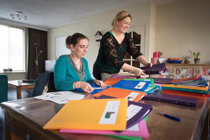 Gemma van de Loo (links) en Angela Kampman bezig met de laatste voorbereidingen.