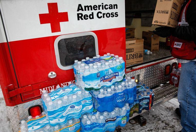 Het Rode Kruis deelt water uit in Flint. Beeld afp