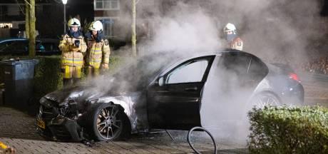 Mercedes gaat in vlammen op voor woning in Zwolle
