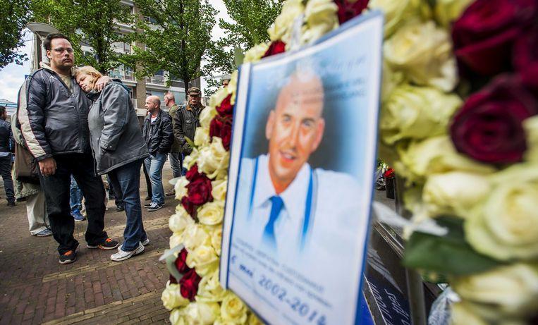 Aanhangers van Pim Fortuyn bij het monument van de politicus tijdens een stille tocht door het centrum van Rotterdam Beeld anp