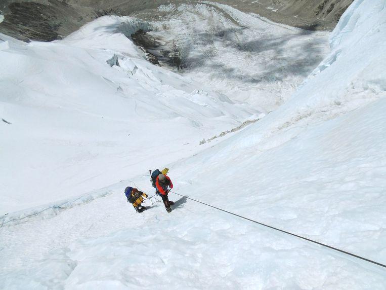Geertjan Lassche (voor) op de berg Cho Oyu in de Himalaya. Beeld