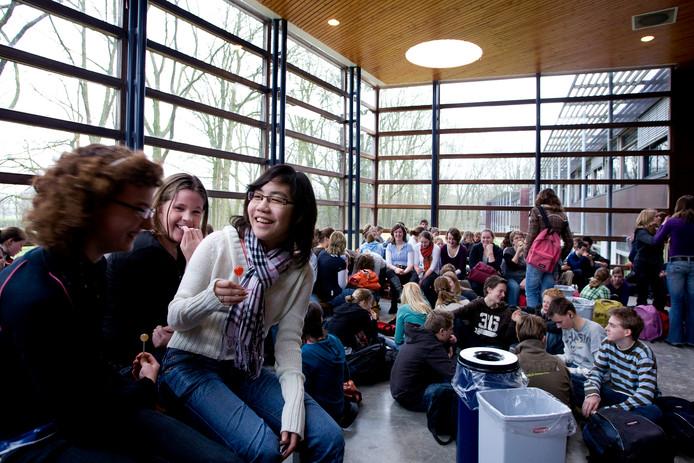 Leerlingen van het Almende College, locatie Isala in Silvolde tijdens de kleine pauze. De nieuwbouw moet naast dit gebouw komen. Archieffoto