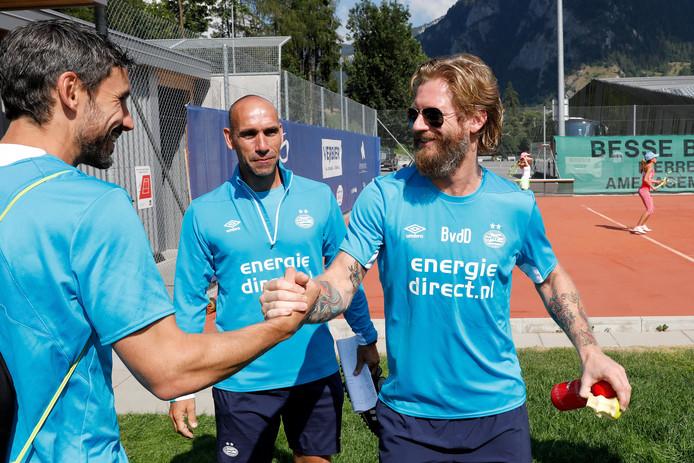 Björn van der Doelen schudt Mark van Bommel de hand tijdens het trainingskamp van PSV in Verbier, vorig jaar zomer.