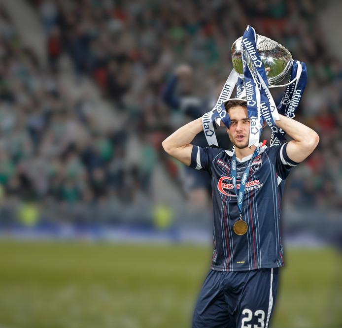 Alex Schalk, als matchwinner met de Schotse trofee op zijn hoofd.