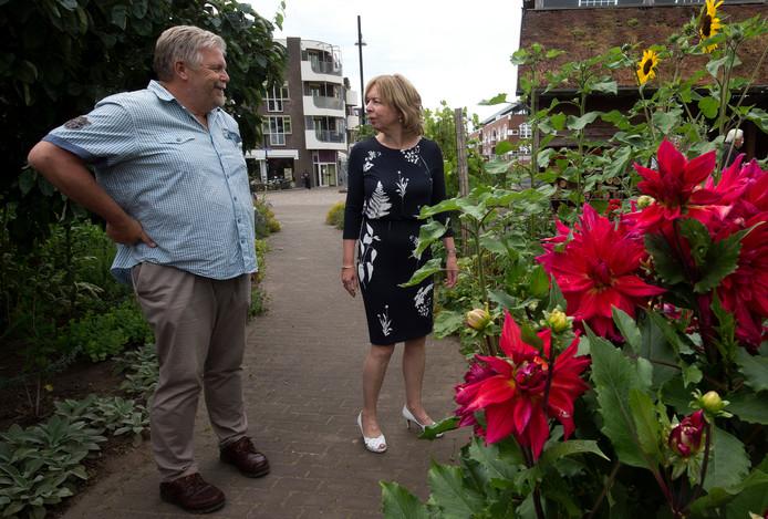 Buurtbewoner Henk Garretsen en wethouder Ingrid Lambregts in de stadstuin op De Veentjes in Doetinchem.