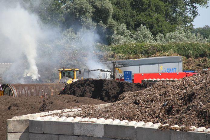 Bij een vrachtwagen brand in Goor komt veel rook vrij.