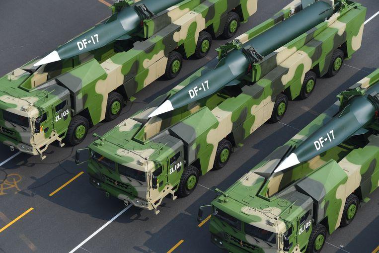 Militaire voertuigen met daarop de hypersonische raket DF-17.  Beeld EPA