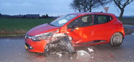 Gewonde bij ongeval Waalwijk, auto's zwaar beschadigd