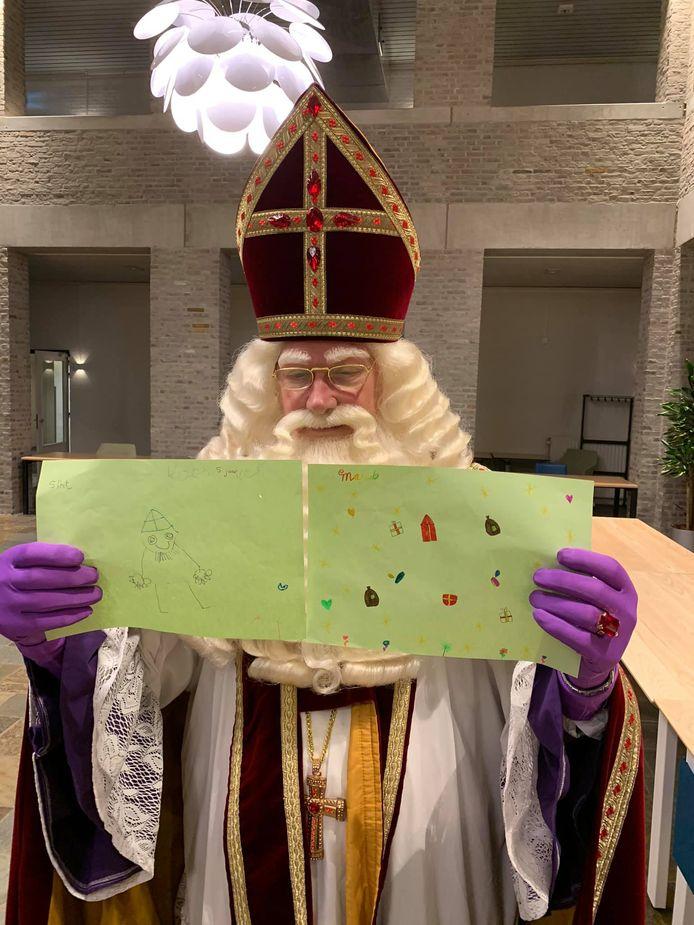 Sinterklaas ontving twee tekeningen van burgemeester Derk Alssema. Facebook had daarvoor een foto met zwarte pieten geblokkeerd.