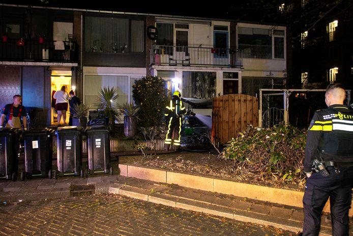 Zo'n anderhalf uur na de autobrand moest de brandweer opnieuw uitrukken voor een brand in Crabbehof. In de voortuin van een woning aan de W.H. Vliegenstraat stond een afvalcontainer in de brand.