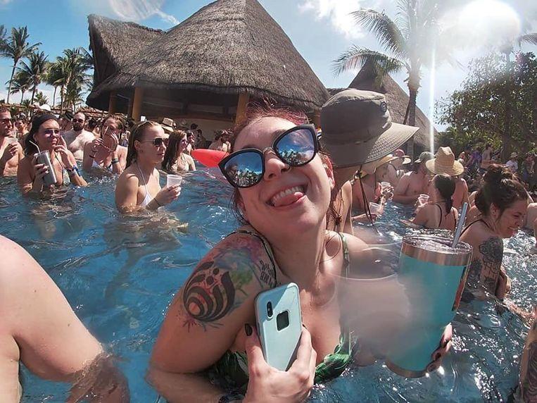 Aan het zwembad begon het feest al om 12 uur 's middags.
