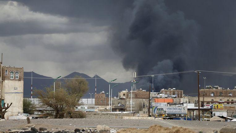 Een Saoedische aanval op de luchthaven van Sanaa. Beeld reuters