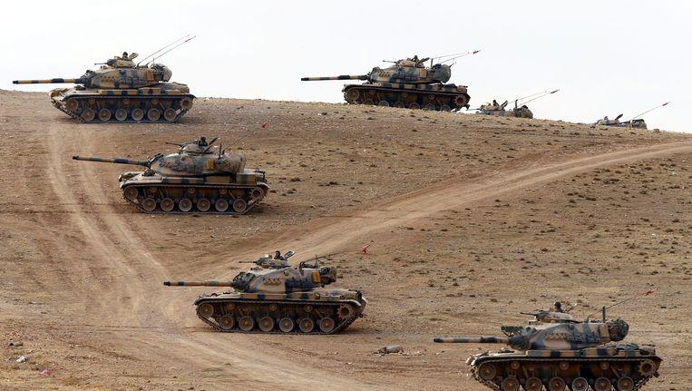 Turkse tanks bewaken de Syrische grens. Beeld epa