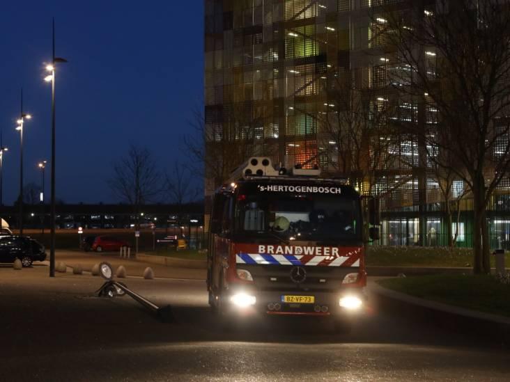 Brandweer ventileert afdeling van Jeroen Bosch ziekenhuis na brand in prullenbak en rijdt daarna lichtmast omver