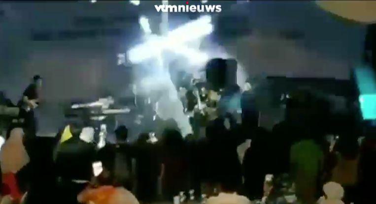 De vloedgolf sloeg in tegen het podium en sleurde de bandleden met zich mee.