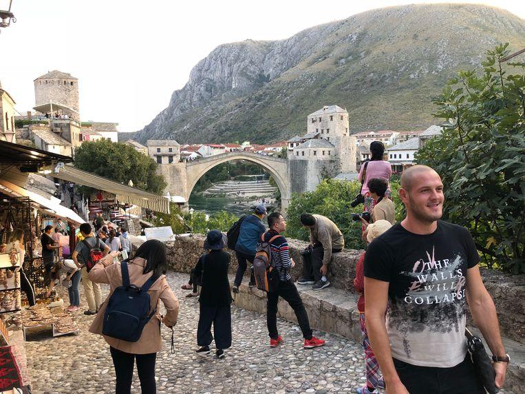 Vele toeristen maken foto's van de oude brug. Beeld Thijs Kettenis