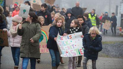 """VIDEO: """"Kom met de fiets naar school, dan red je de Noordpool"""": 400 kinderen stappen mee in klimaatmars door Laak"""
