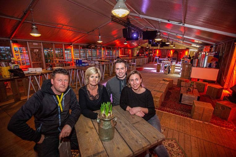 Indra, Stefanie, Jurgen en Dieter organiseren de komende twee weken enkele après-skifeestjes in de Skihütte aan de voetbalterreinen van Eizeringen