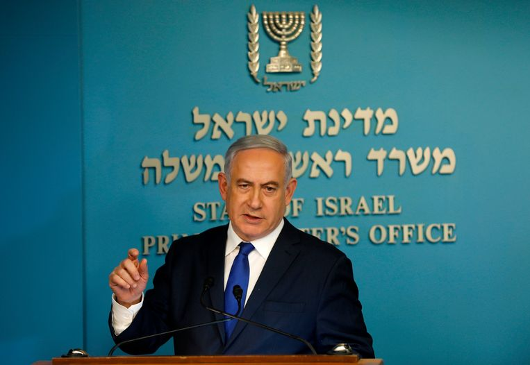 Israeli Prime Minister Benjamin Netanyahu speaks to the press at the MP's Jerusalem office on April 2, 2018. / AFP PHOTO / Menahem KAHANA