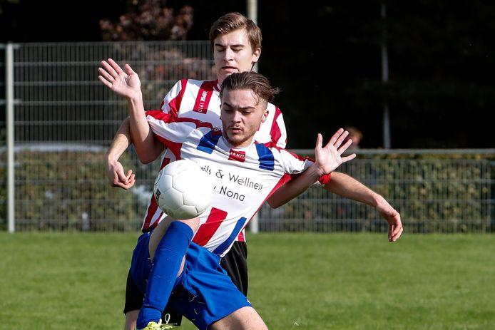 De verdediger van Epse laat de scheidsrechter zijn handen zien.