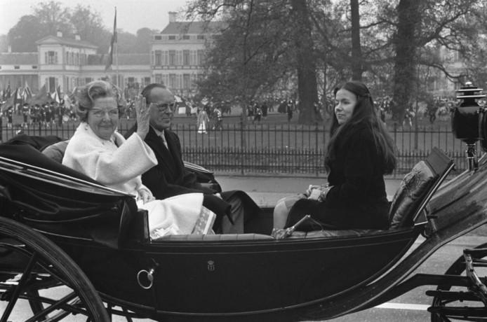 Koningin Juliana, Prins Bernhard en Prinses Christina tijdens Koninginnedag, 1974.