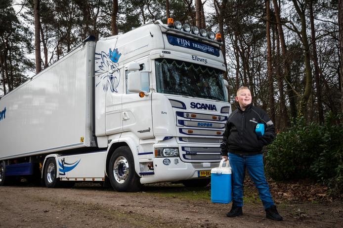 Dick Fijn poseert bij de vrachtwagen van zijn oom.