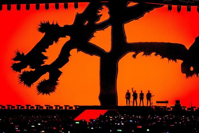 U2 tijdens een optreden in de Amsterdam ArenA voor de 'The Joshua Tree Tour 2017'.