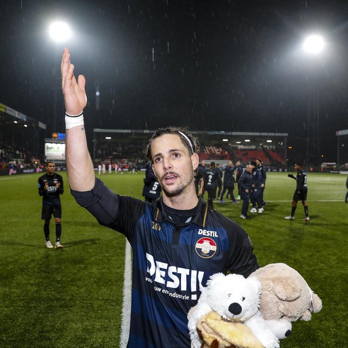 Fran Sol bedankt de supporters na de laatste wedstrijd voor de winterstop in Emmen.