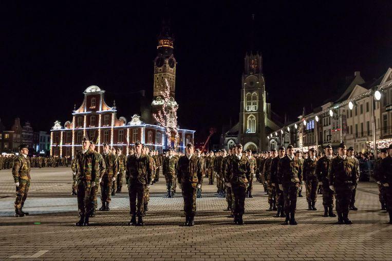 Tijdens deze militaire plechtigheid wordt de nieuwe lichting studenten kandidaat-onderofficieren voorgesteld aan het grote publiek.