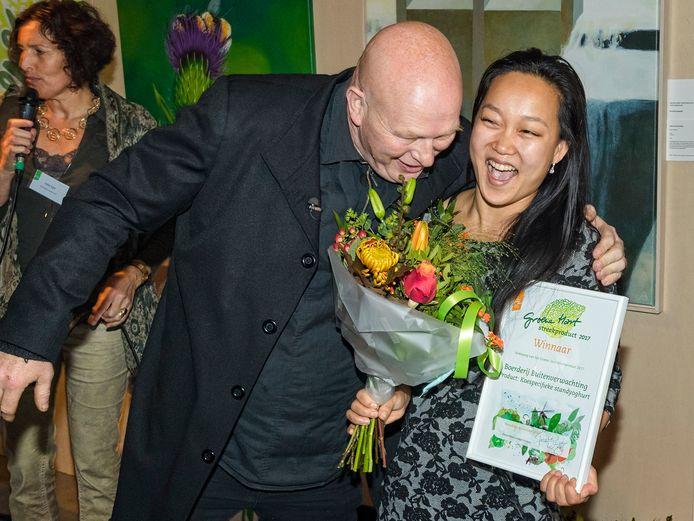 Topkok Pierre Wind reikt de eerste prijs Groene Hart Streekproducten uit aan Marit Kyung Ok van Boerderij Buitenverwachting.