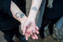 Zussen Gemma en Annelies hebben als herinnering aan hun moeder een tatoeage laten zetten van haar duimafdruk.