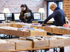 Koopjesjagers bij ZINiN bibliotheek in Nijverdal