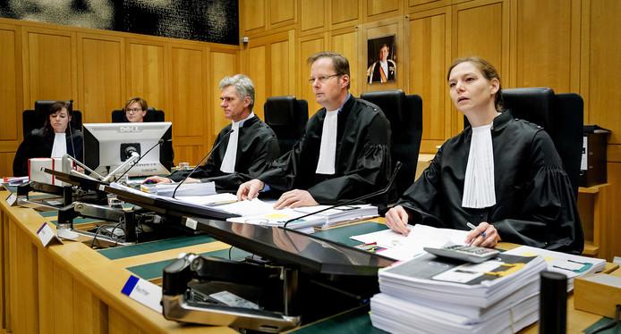 Het OM verdenkt  Walter Vermeulen samen met diens zakenpartner Wim Snoeren ervan dat zij Laurentius door fraude en oplichting voor miljoenen hebben benadeeld en geld in eigen zak hebben gestoken.