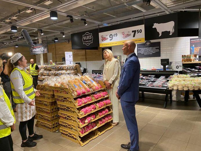Koningin Máxima bezoekt de Jumbo-supermarkt in het Waterkwartier in Nijmegen.
