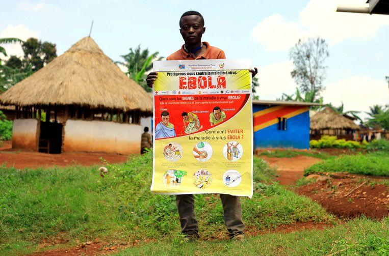 Het Rode Kruis helpt niet alleen de slachtoffers van ebola, ze zorgen ook voor preventiemateriaal.